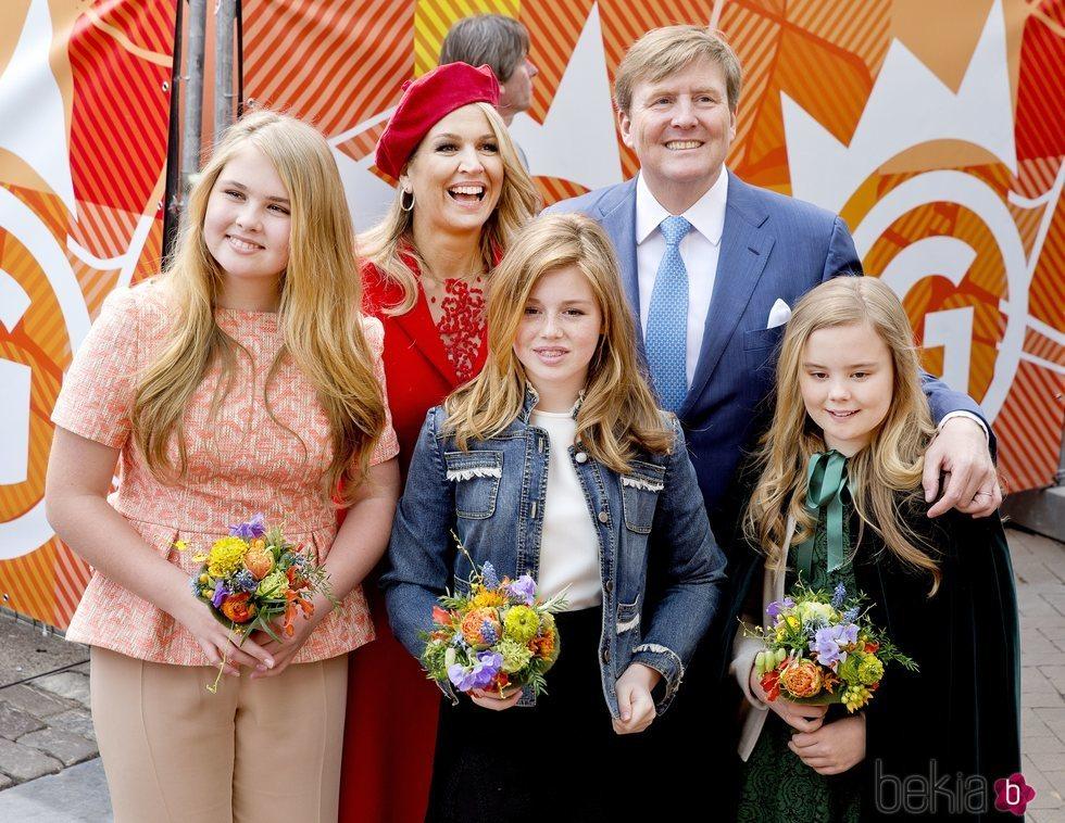 Los Reyes de Holanda posan sonrientes junto a sus tres hijas