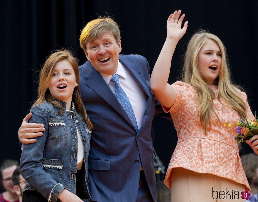 El Rey Guillermo de Holanda junto a las princesas Alexia y Amalia