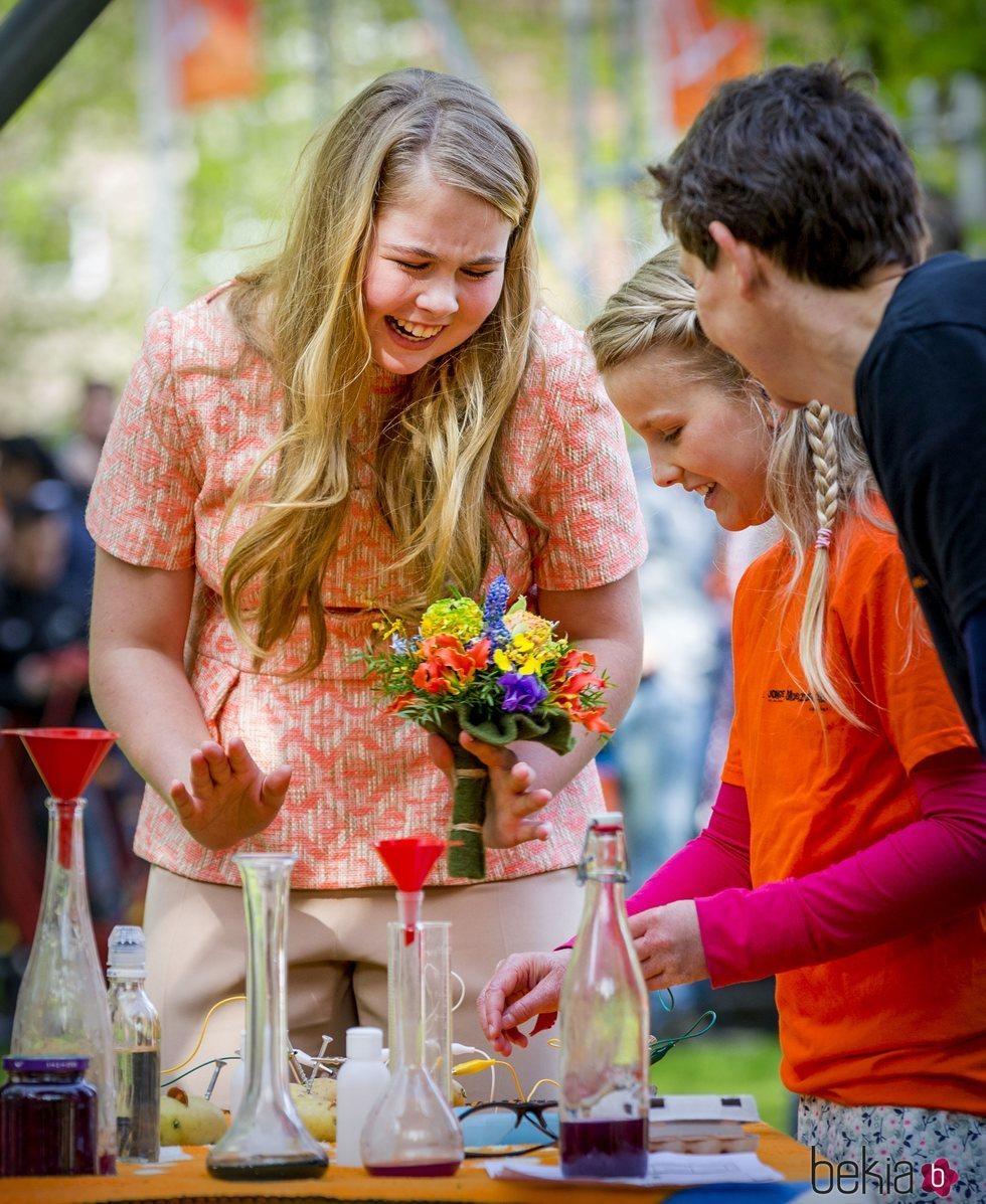 La Princesa Amalia de Holanda divirtiéndose con unos jóvenes en un mercadillo
