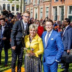 Los príncipes Constantino y Laurentien de Holanda junto a su hijo