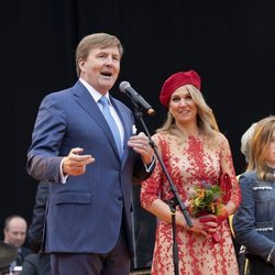 Los Reyes Guillermo y Máxima de Holanda durante un discurso