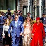Los Reyes de Holanda paseando junto a sus tres hijas