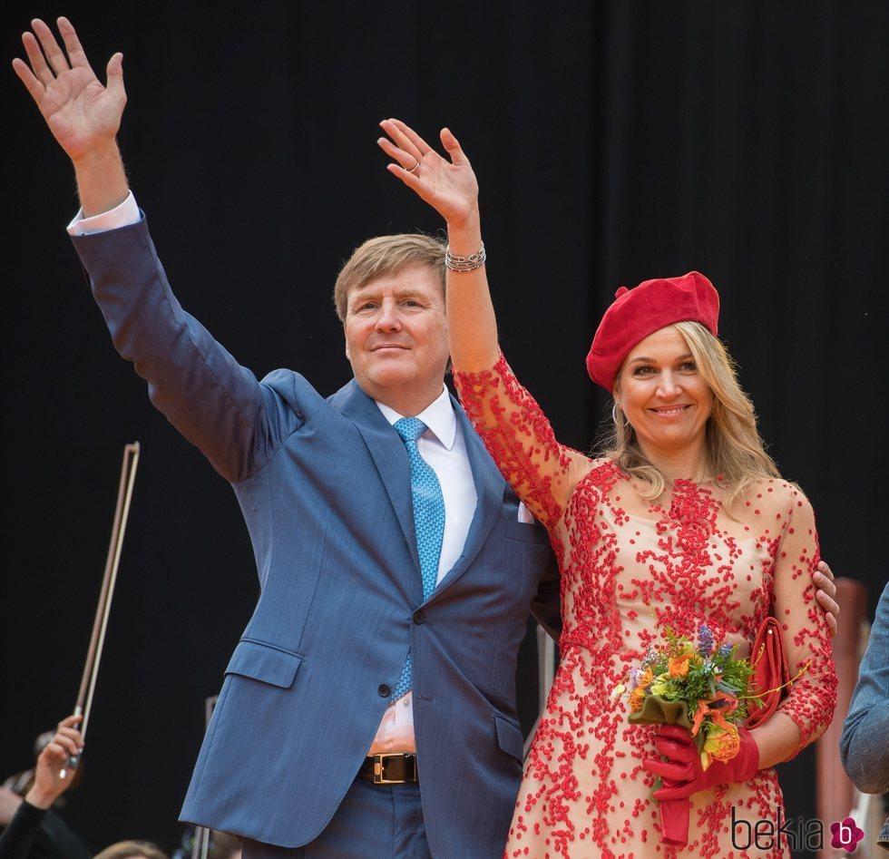 Los Reyes de Holanda saludando al pueblo