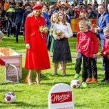 La Reina Máxima de Holanda junto a sus hijas presenciando un acto deportivo
