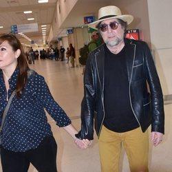 Joaquín Sabina y su pareja, Jimena Coronado, en el aeropuerto de Puerto Rico