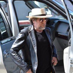 Joaquín Sabina saliendo de un coche en Puerto Rico