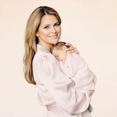La Princesa Magdalena de Suecia sosteniendo a su hija Adrienne