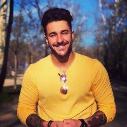Hugo Paz, muy sonriente con jersey amarillo