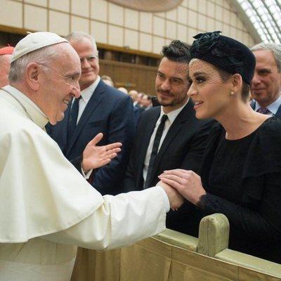 Katy Perry y Orlando Bloom junto al Papa Francisco I en el Vaticano