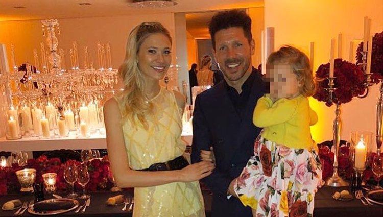 Diego Simeone, Carla Pereyra y la pequeña Francesca en el 48 cumpleaños del seleccionador