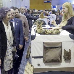 La Reina Sofía con un gato en la feria 100x100 mascota