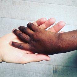 Susanna Griso dando la mano a su hija adoptiva