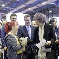 La Reina Sofía acaricia a un perro en la feria 100x100 Mascota
