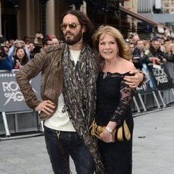 Russell Brand junto a su madre, Barbara Brand