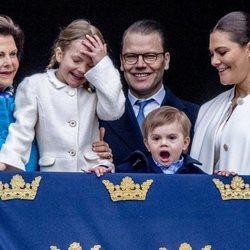 Estela y Oscar de Suecia, muy graciosos junto a Victoria y Daniel de Suecia y la Reina Silvia en el 72 cumpleaños de Carlos Gustavo de Suecia