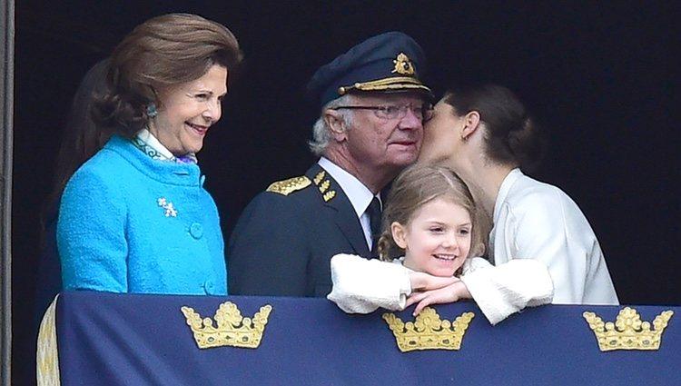 Victoria de Suecia besa a Carlos Gustavo de Suecia en su cumpleaños en presencia de Silvia y Estela de Suecia