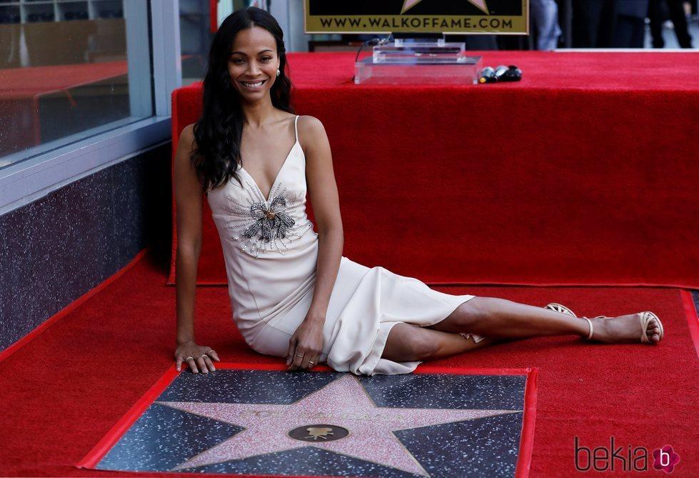 Zoe Saldaña junto a su estrella en el Paseo de la Fama de Hollywood