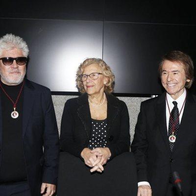 Raphael y Pedro Almodóvar con Manuela Carmena en el nombramiento de Hijos Adoptivos de Madrid