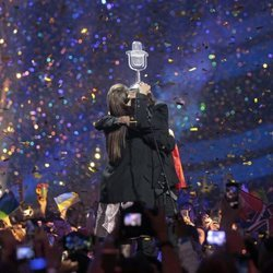 Luísa y Salvador Sobral abrazándose tras ganar Eurovisión 2017