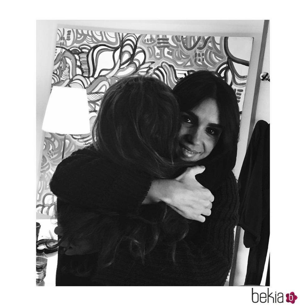 Elena Furiase abrazando a su madre, Lolita Flores