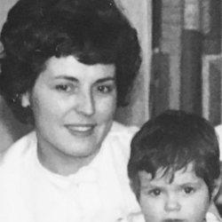 Ana Milán de niña junto a su madre