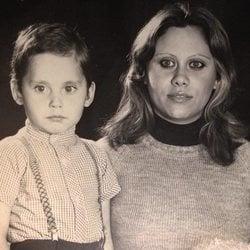 Paco León de niño junto a Carmina Barrios