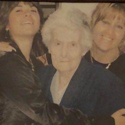 Vanesa Martín junto a su madre y su abuela