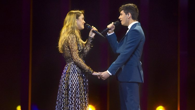 Alfred y Amaia se dan la mano durante el segundo ensayo antes de Eurovisión 2018