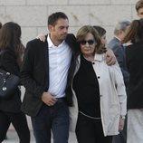 La viuda de José María Íñigo apoyada por su hijo mayor