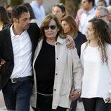 La viuda y los hijos de José María Íñigo a su salida del tanatorio