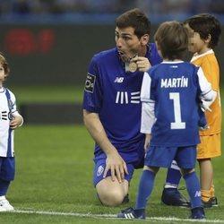 Iker Casillas celebrando la Liga del Oproto con sus hijos Martín y Lucas Casillas