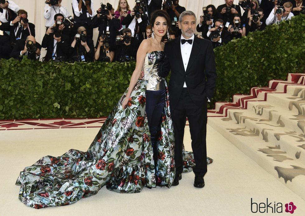 Amal Alamuddin y George Clooney en la alfombra roja de la Gala MET 2018