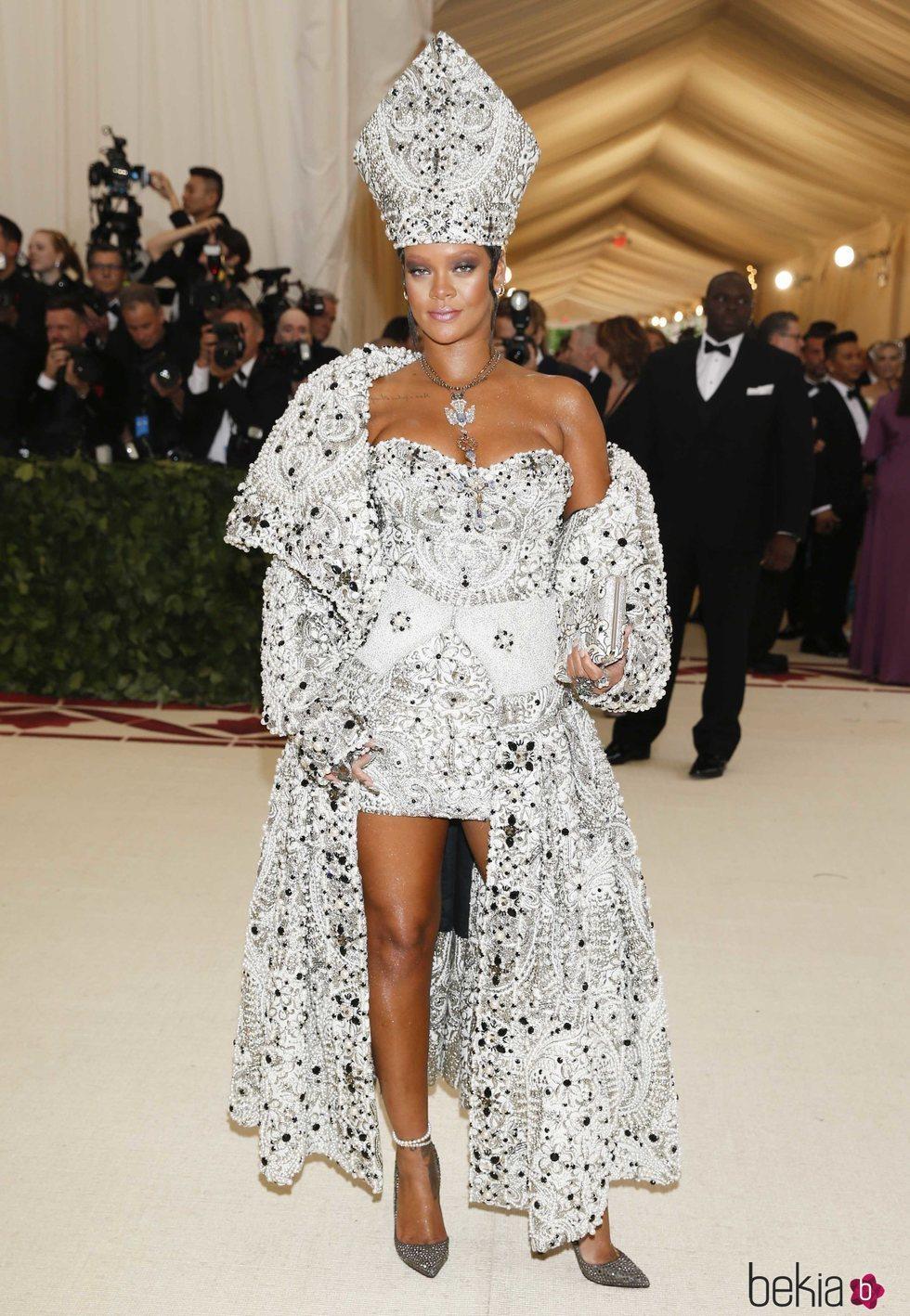 Rihanna en la alfombra roja de la Gala MET 2018