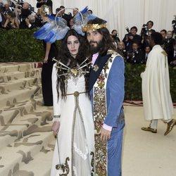 Lana del Rey y Jared Leto en la alfombra roja de la Gala MET 2018