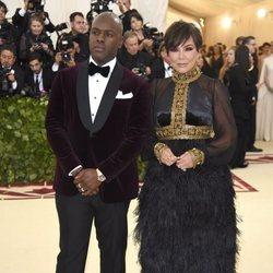 Kris Jenner y Corey Gamble en la alfombra roja de la Gala MET 2018