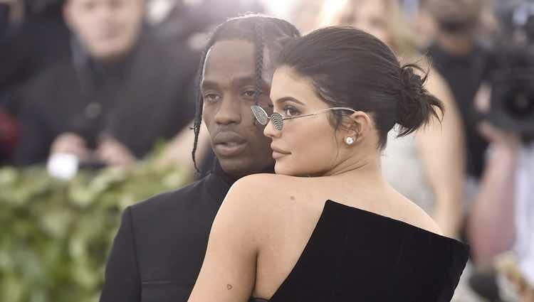 Kylie Jenner y Travis Scott en actitud cariñosa en la alfombra roja de la Gala MET 2018