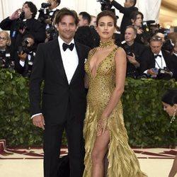 Bradley Cooper e Irina Shayk en la alfombra roja de la Gala MET 2018