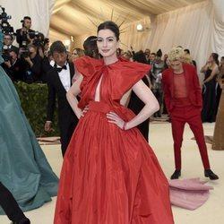Anne Hathaway en la alfombra roja de la Gala MET 2018