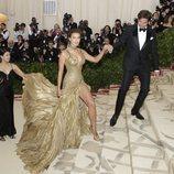 Bradley Cooper dando la mano a Irina Shayk en la alfombra roja de la Gala MET 2017