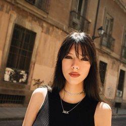 Alejandra Rubio posando con camiseta negra en la calle
