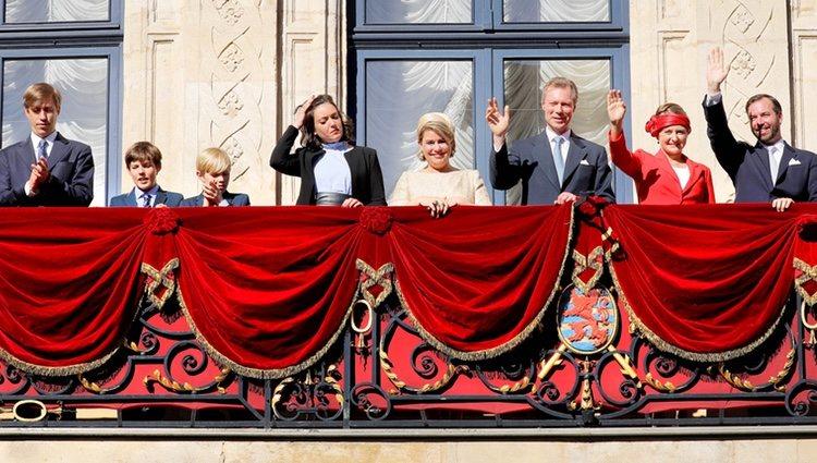 La Familia Ducal de Luxemburgo saluda tras la procesión de la Octava Católica