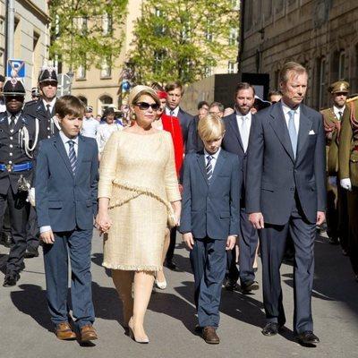 Los Grandes Duques de Luxemburgo y sus nietos Gabriel y Noé en la procesión de la Octava Católica