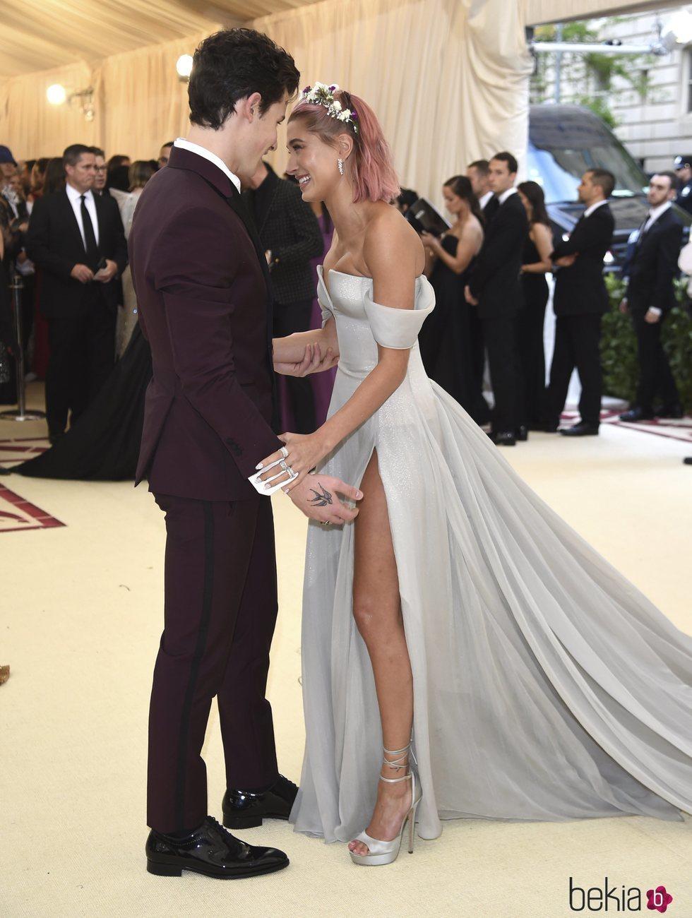 Shawn Mendes y Hailey Baldwin en actitud muy cariñosa en la alfombra roja de la Gala MET 2018
