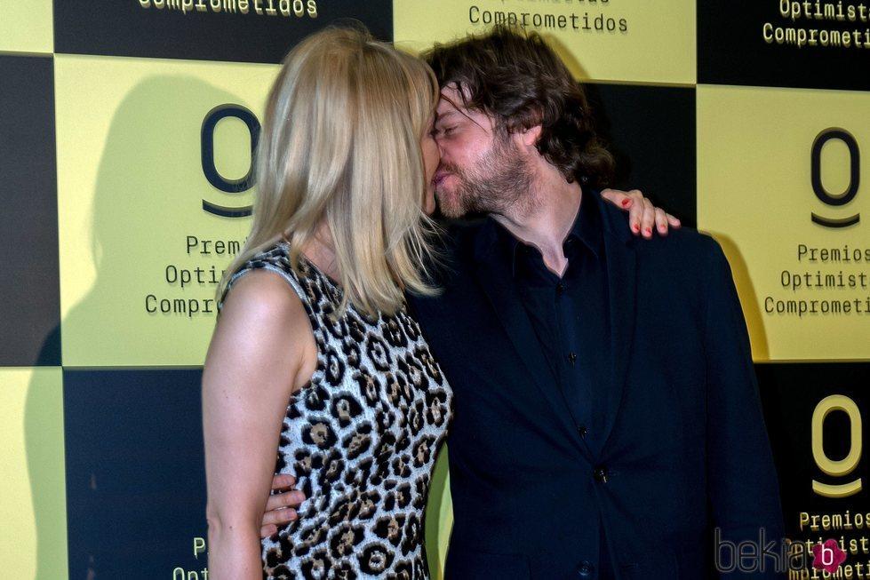 María Adánez y su pareja, Ignacio Hernández, se besan en los Premios Optimistas Comprometidos 2018