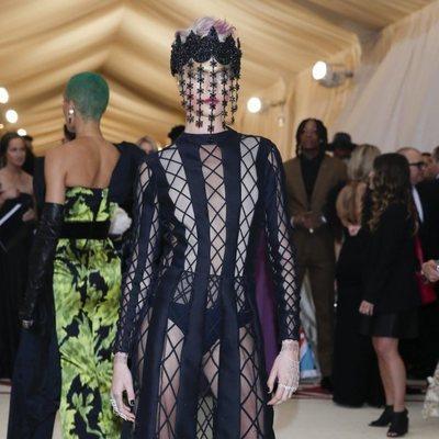 Cara Delevingne en la alfombra roja de la Gala MET 2018