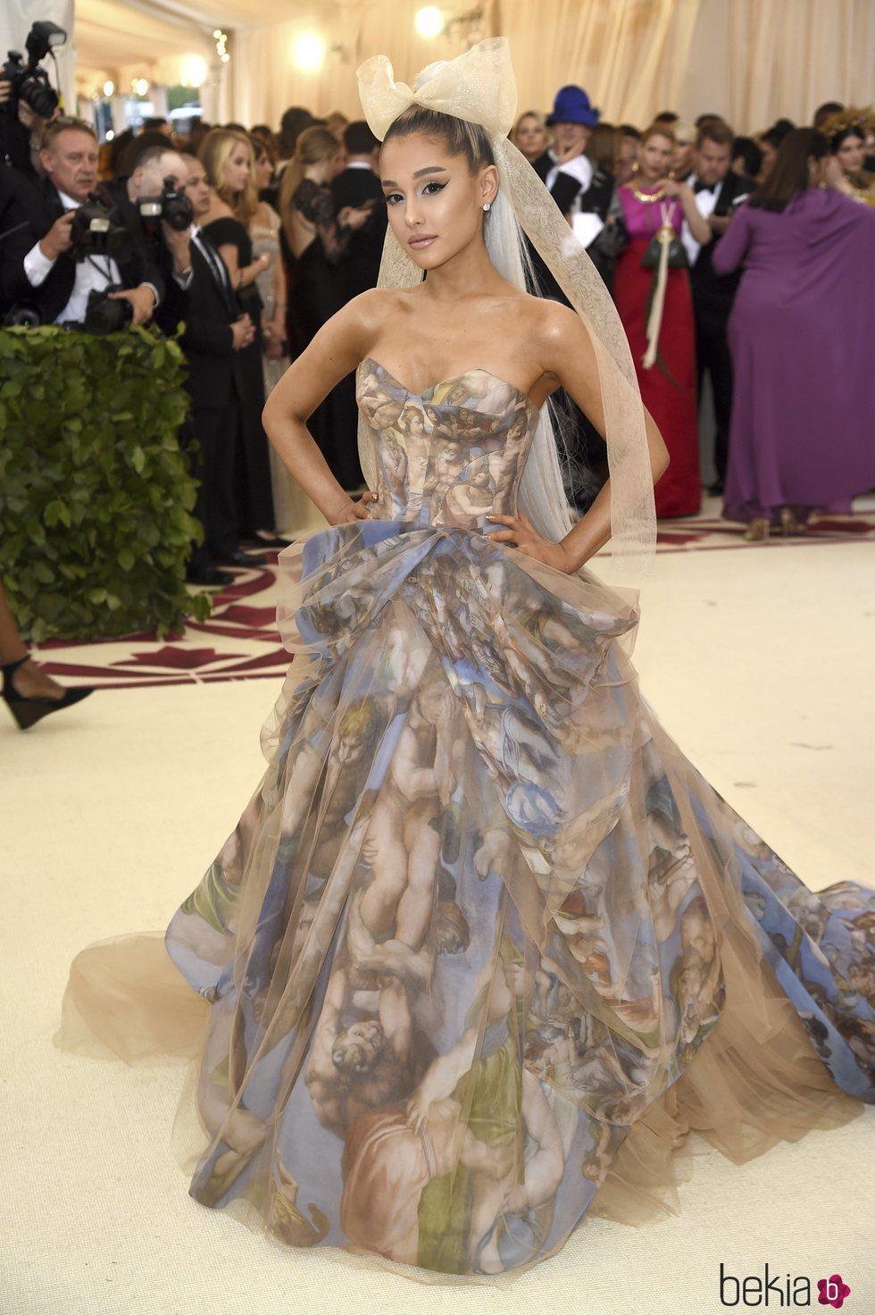 Ariana Grande en en la alfombra roja de la Gala MET 2018