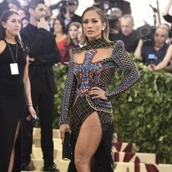 Jennifer Lopez en la alfombra roja de la Gala MET 2018