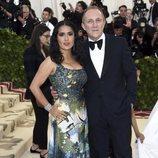 Salma Hayek y su marido en la alfombra roja de la Gala MET 2018