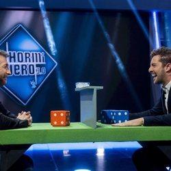Pablo Motos y David Bisbal jugando en 'El Hormiguero'
