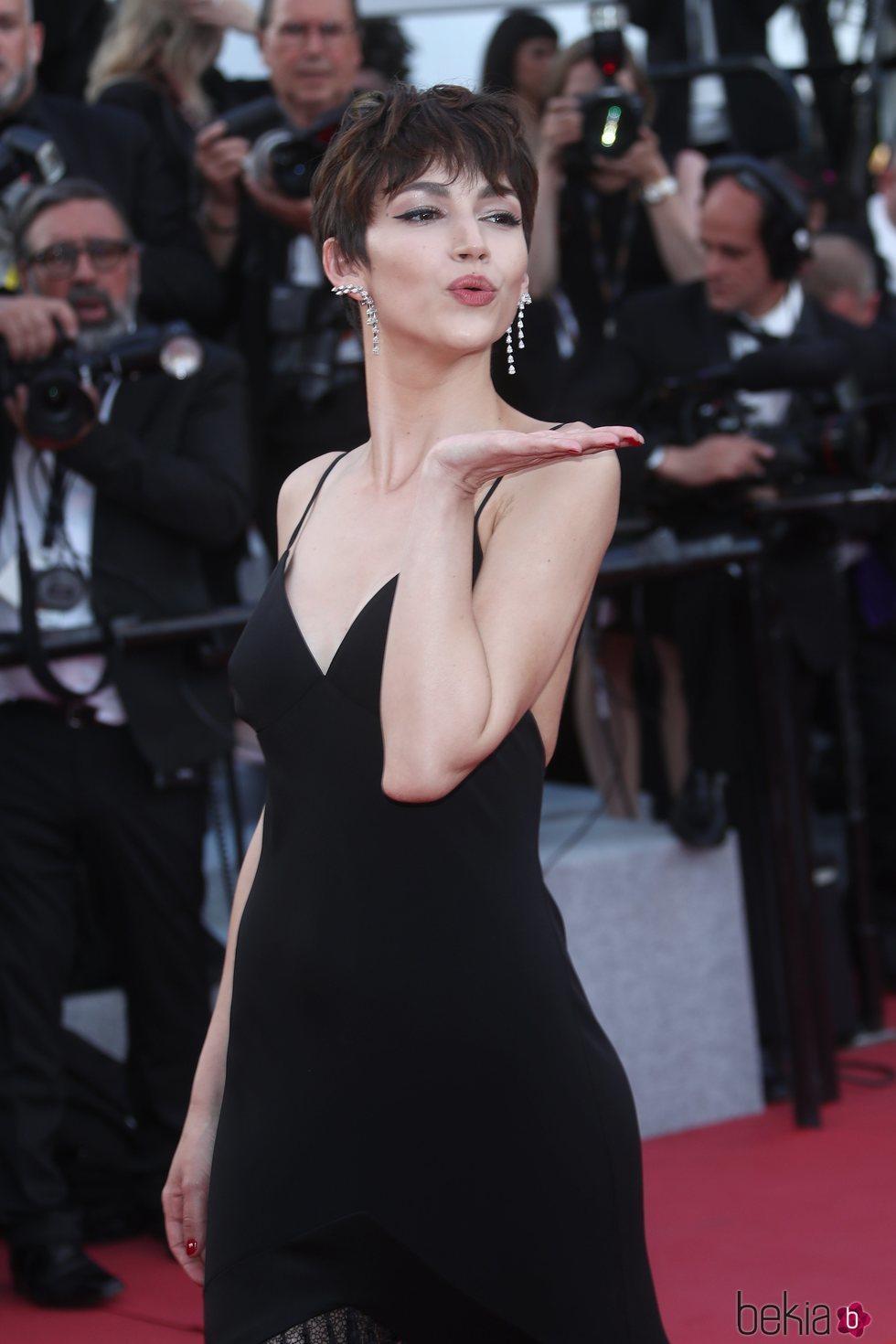 Úrsula Corberó lanza un beso en la alfombra roja del Festival de Cannes de 2018